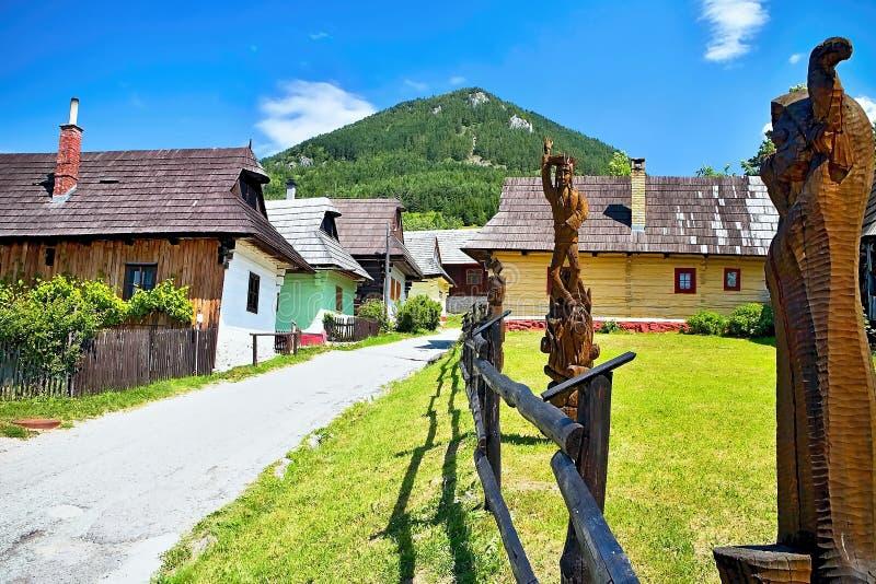Vlkolinec, Σλοβακία - 28 Ιουνίου 2017: Ορεινό χωριό με μια λαϊκή αρχιτεκτονική χαρακτηριστική του της Κεντρικής Ευρώπης τύπου στοκ εικόνα με δικαίωμα ελεύθερης χρήσης