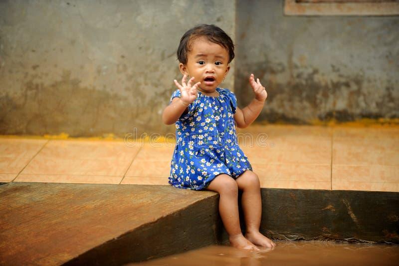 Vloed, het Spelen van het Kind stock foto's