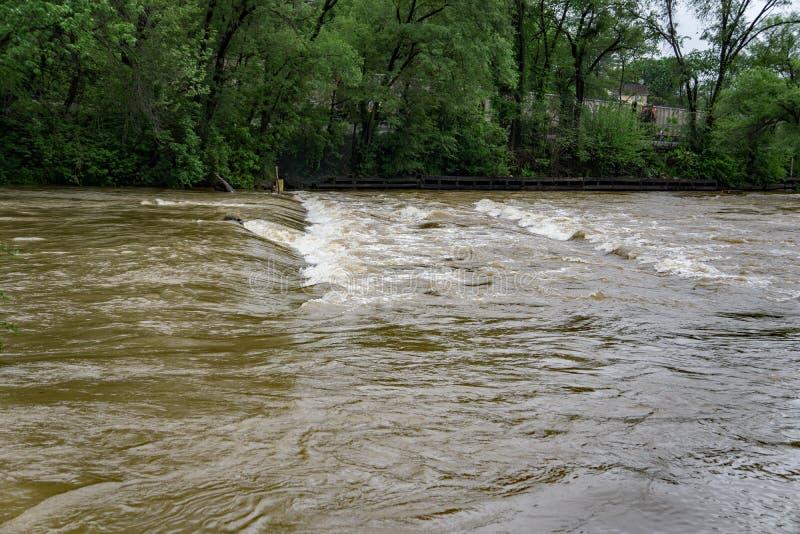 Vloedwateren die Brug behandelen stock afbeelding