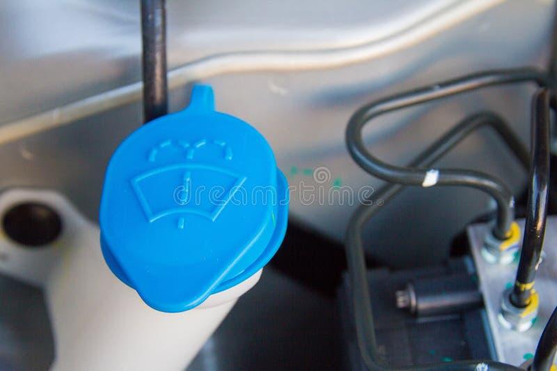 Vloeibare kappen binnen een motor van een auto stock fotografie