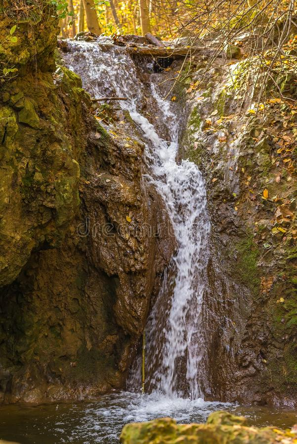 Vloeiende waterval in het bos op de berg royalty-vrije stock afbeelding