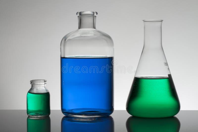 Vloeistof in laboratoriumflessen Wetenschappelijk biochemisch laboratorium Kleurrijke vloeistof stock afbeelding