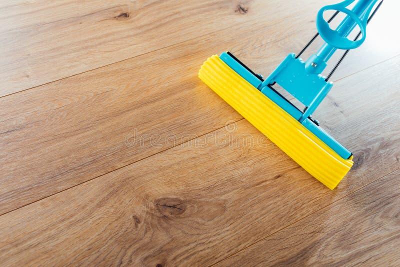 Vloer het schoonmaken met een zwabber stock afbeelding