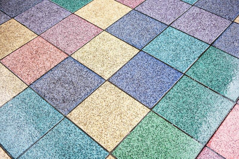 vloer met gekleurde tegels in geel, blauw, groen, roze, royalty-vrije stock fotografie