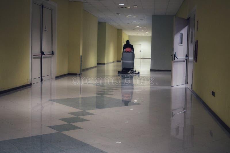Vloer schoonmakende machine met exploitantraad stock afbeelding