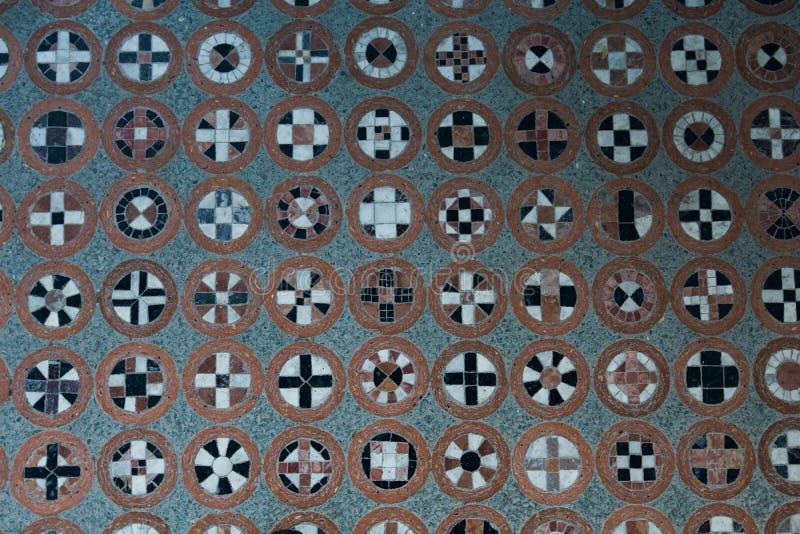Vloerpatroon met verschillende symbolen in cirkels stock afbeeldingen