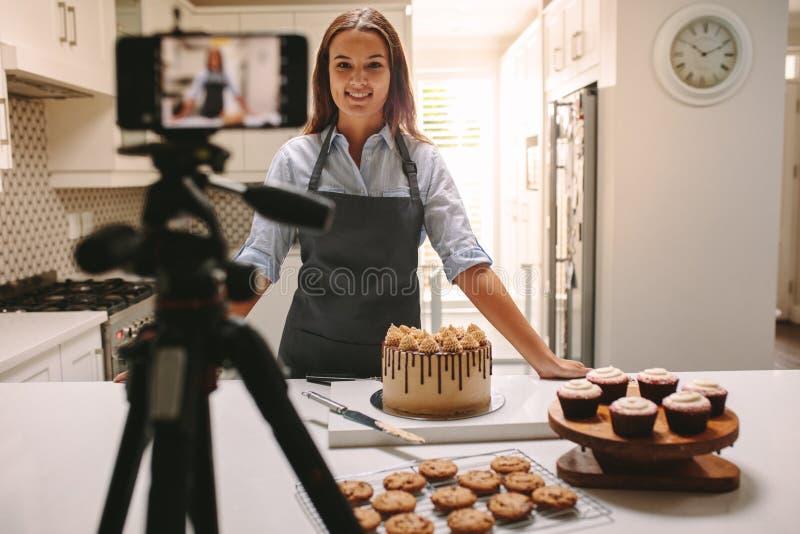 Vlog de registración de la mujer en cocina foto de archivo libre de regalías