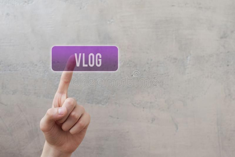 Vlog - trängande violett knapp för finger arkivbild
