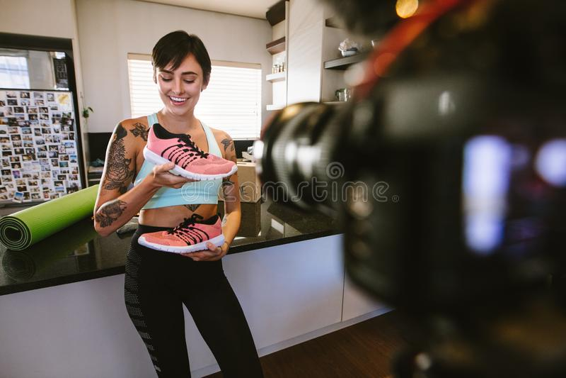 Vlogger回顾在照相机的录音运动鞋录影 库存照片