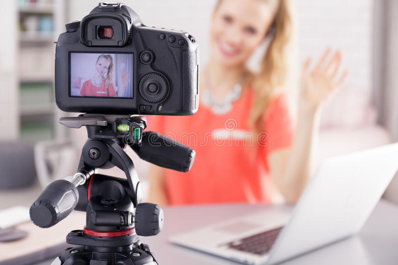 Vlogger女孩和新的录影 免版税库存照片