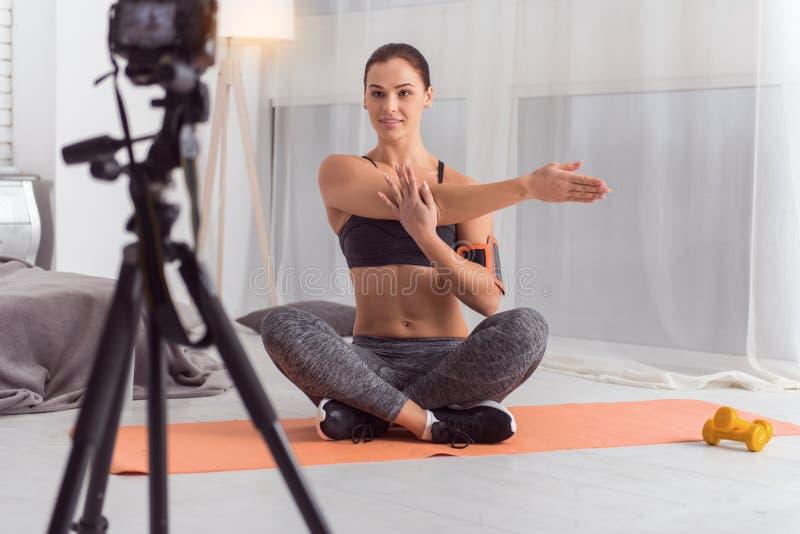 Vlogger alegre del ajuste que hace los ejercicios para la cámara fotografía de archivo