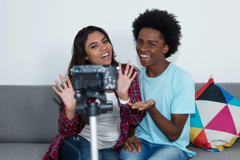 Vlogger d'afro-américain et blo de vidéo d'enregistrement de fille d'influencer image stock