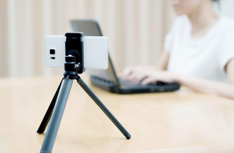 Vlogger della donna che guarda facendo uso del computer portatile e della ripresa fotografia stock libera da diritti