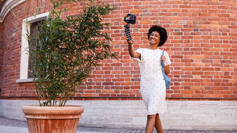 Vlogger fêmea novo que filma um vídeo imagem de stock royalty free