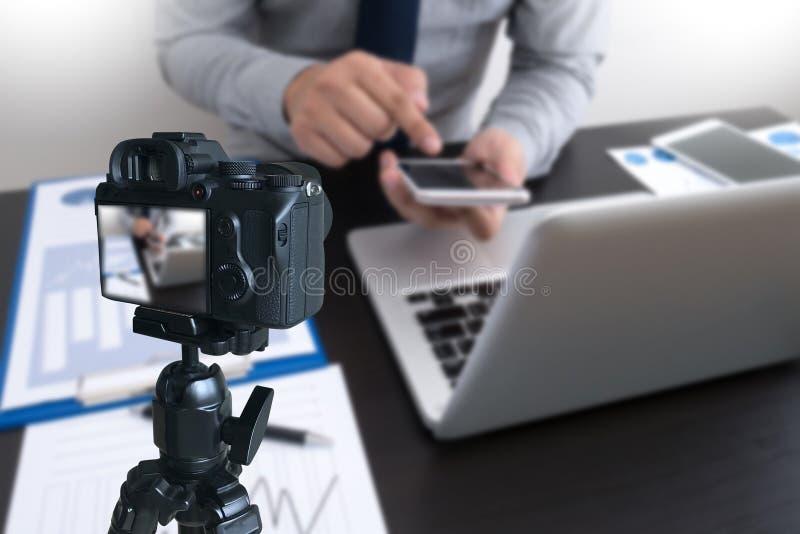 vlogger facendo uso del computer portatile che divide il suo vide di fabbricazione contento della registrazione immagine stock libera da diritti