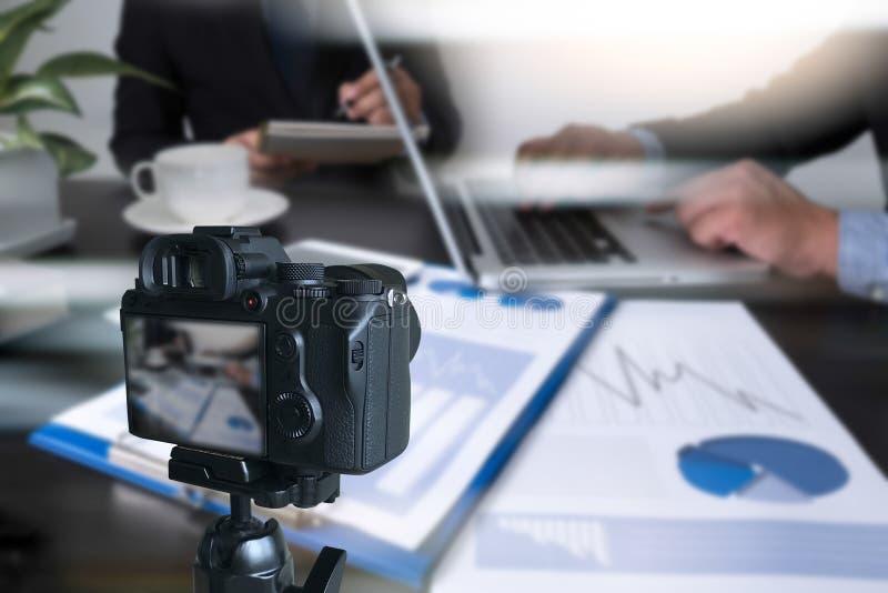 vlogger facendo uso del computer portatile che divide il suo vide di fabbricazione contento della registrazione immagine stock