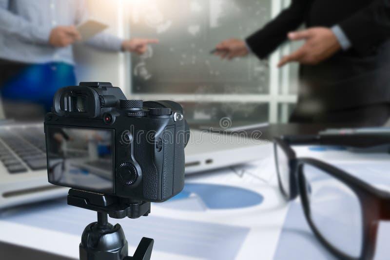 vlogger facendo uso del computer portatile che divide il suo vide di fabbricazione contento della registrazione fotografia stock libera da diritti