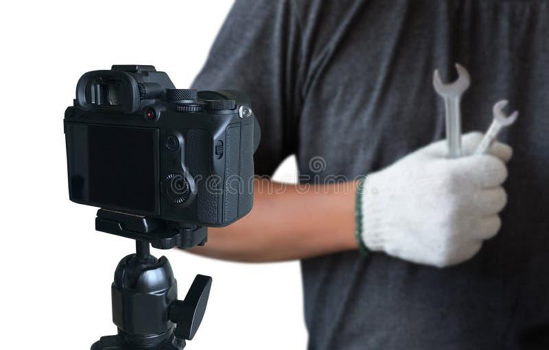 vlogger facendo uso del computer portatile che divide il suo vide di fabbricazione contento della registrazione fotografia stock