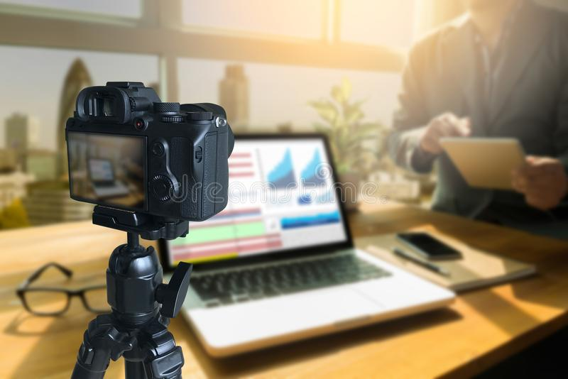 vlogger facendo uso del computer portatile che divide il suo vide di fabbricazione contento della registrazione fotografie stock