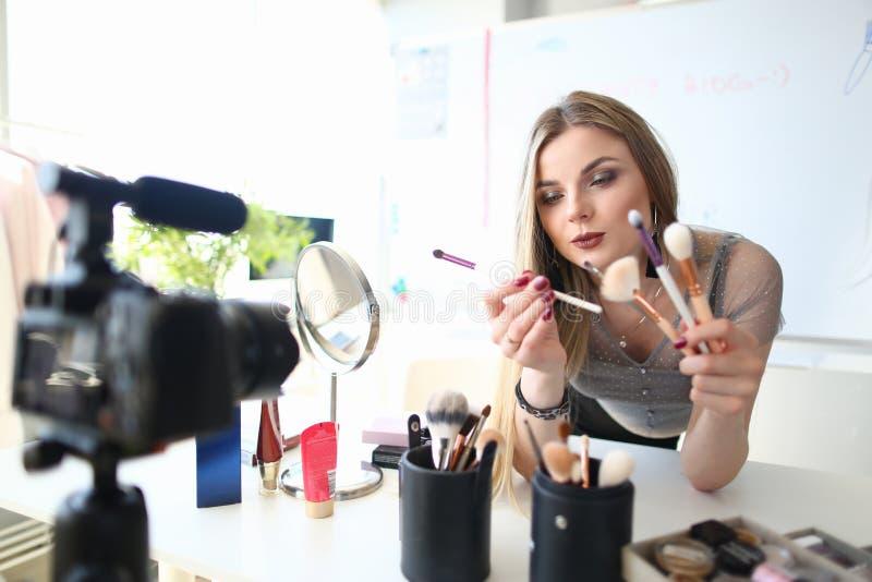 Vlogger femenino que da los consejos para el blog de la belleza fotos de archivo