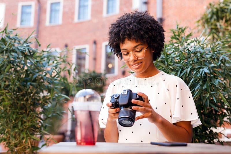 Vlogger novo que senta-se no café exterior fotografia de stock