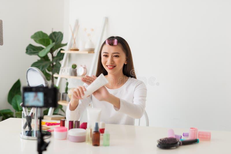 Vlogger profissional da beleza da jovem mulher ou curso cosmético da composição da gravação do blogger com a câmera a compartilha fotos de stock royalty free