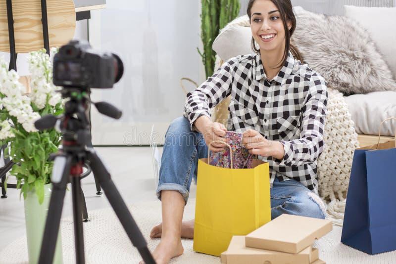 Vlogger que habla de compras foto de archivo libre de regalías