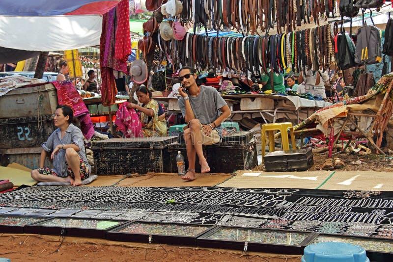 Vlooienmarkt in het Strand van Goa Anjuna stock afbeeldingen