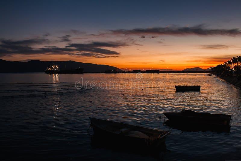Vlore em Albânia Por do sol sobre o mar adriático e Ionian imagens de stock royalty free