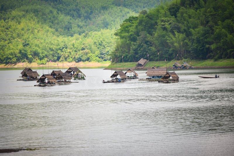 Vlotbotenhuis op het meer van Thailand stock afbeeldingen