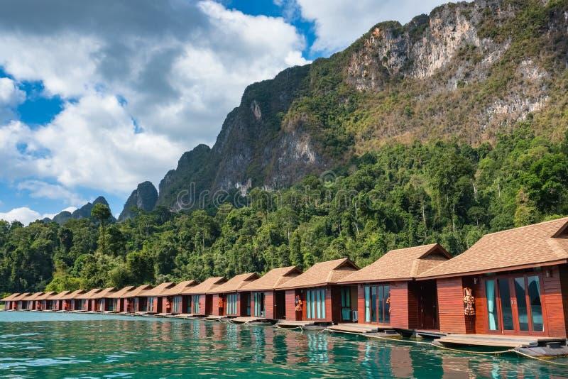 Vlothuizen op Cheow-Lan meer in Khao Sok National Park stock afbeeldingen