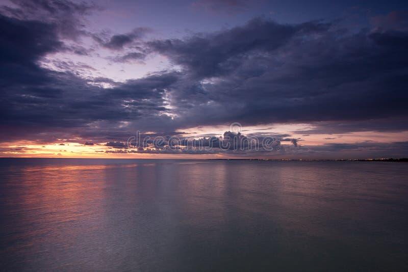 Vlotte waterspiegel met de verre lichten van Melbourne stock afbeelding