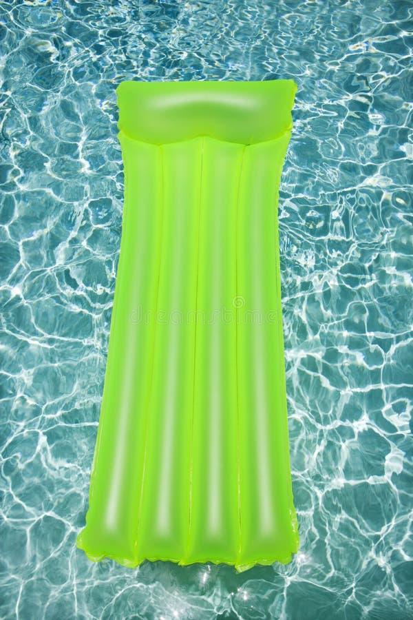 Vlotter in leeg zwembad. stock afbeelding
