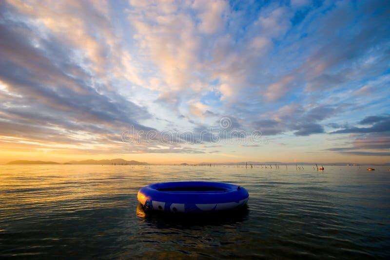 Vlotter op het water royalty-vrije stock foto