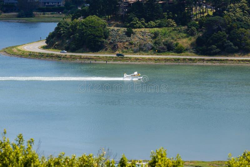 Vlottervliegtuig die in Richardson Bay, Sausalito, Californië van start gaan stock afbeeldingen