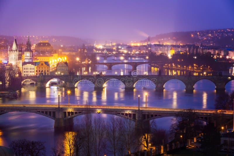 Vltava (Moldau) Rivier in Praag met Charles Bridge bij schemer stock foto's