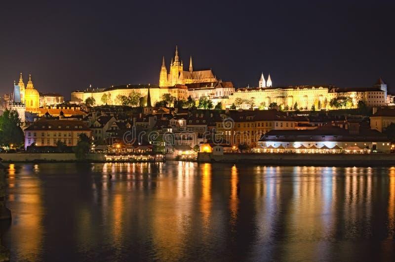 Vltava rzeka, Charles most z iluminacją i Praga kasztel z zadziwiającą świętego Vitus katedrą, obrazy stock