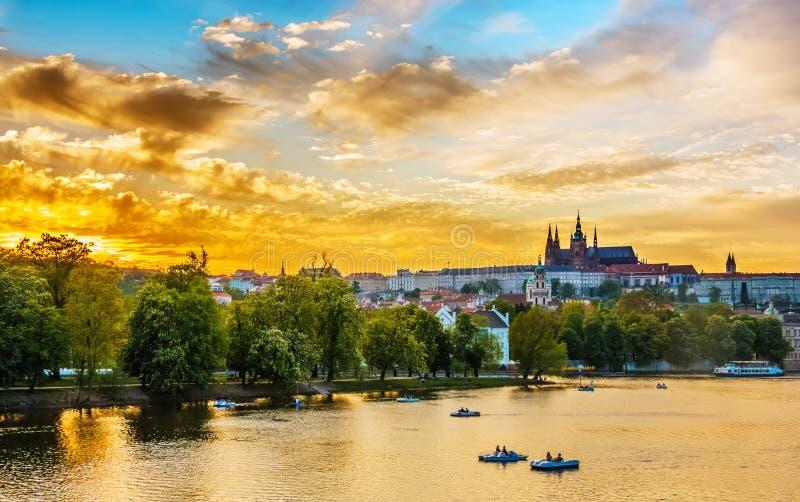 Vltava rzeka z łodziami, Praga, republika czech obraz royalty free