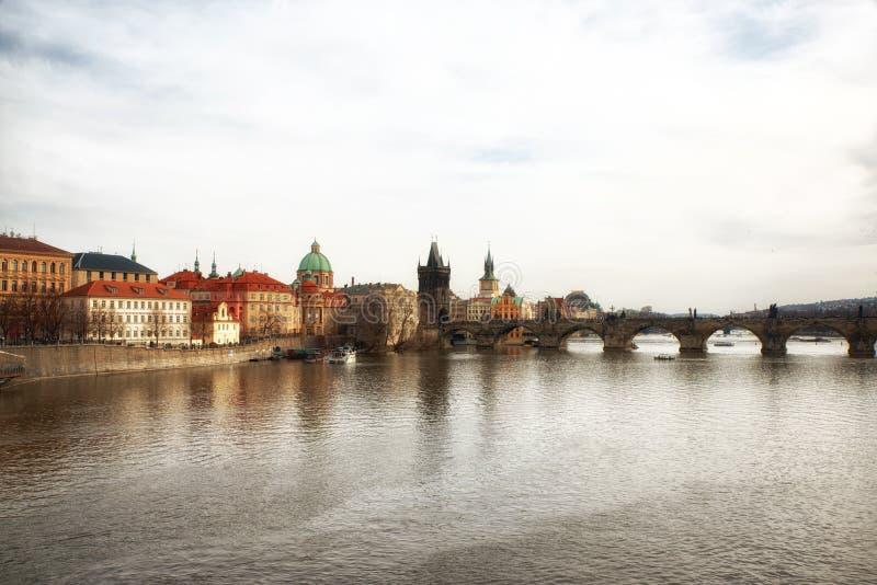 Vltavarivier en Charles Bridge in Praag royalty-vrije stock foto