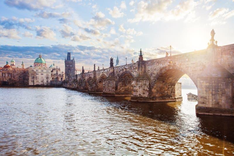 Vltavarivier en Charles Bridge tegen de hemel in de Tsjechische Republiek van Praag, lentetijd, maart royalty-vrije stock fotografie