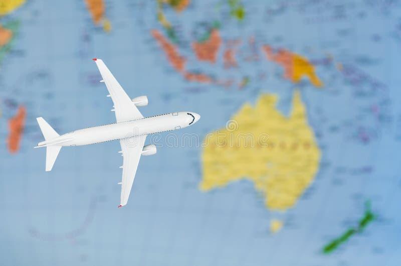 Vlucht aan het symbolische beeld van Australië van reis door vliegtuigkaart royalty-vrije stock foto's