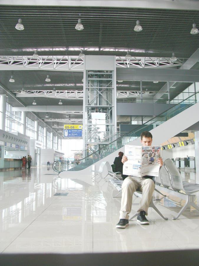Vlucht die bij de luchthaven wachten royalty-vrije stock fotografie