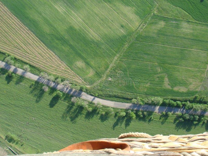 Vlucht in een ballon over groene gebieden in de lente stock fotografie