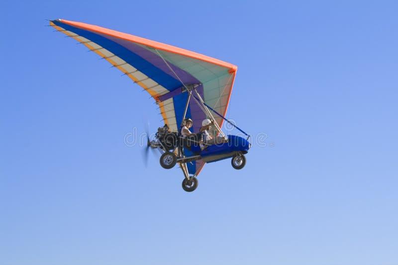 Vlucht op deltaplane in een blauwe hemel royalty-vrije stock fotografie