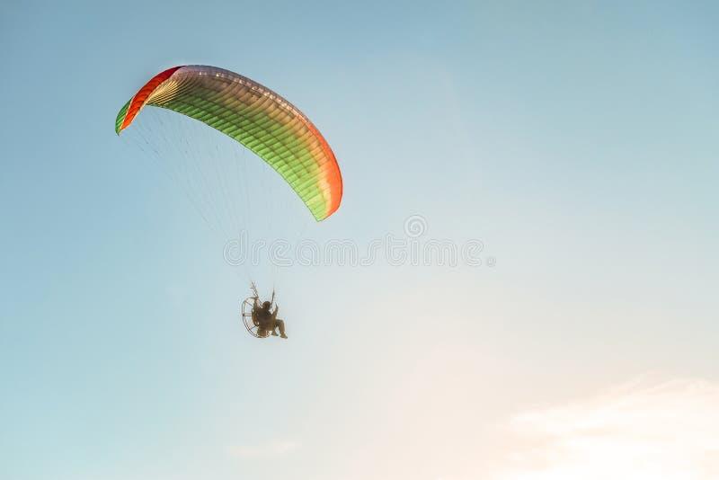 Vlucht op een gemotoriseerd zweefvliegtuig in de blauwe hemel met helder backlightzonlicht royalty-vrije stock afbeelding