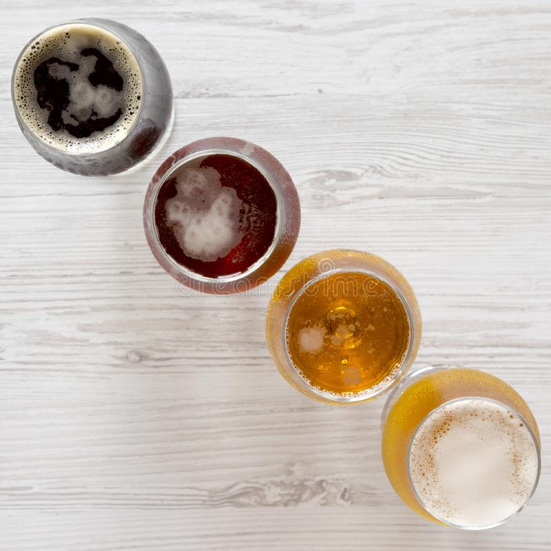Vlucht van bieren op een witte houten lijst, hoogste mening Lucht, van hierboven royalty-vrije stock fotografie
