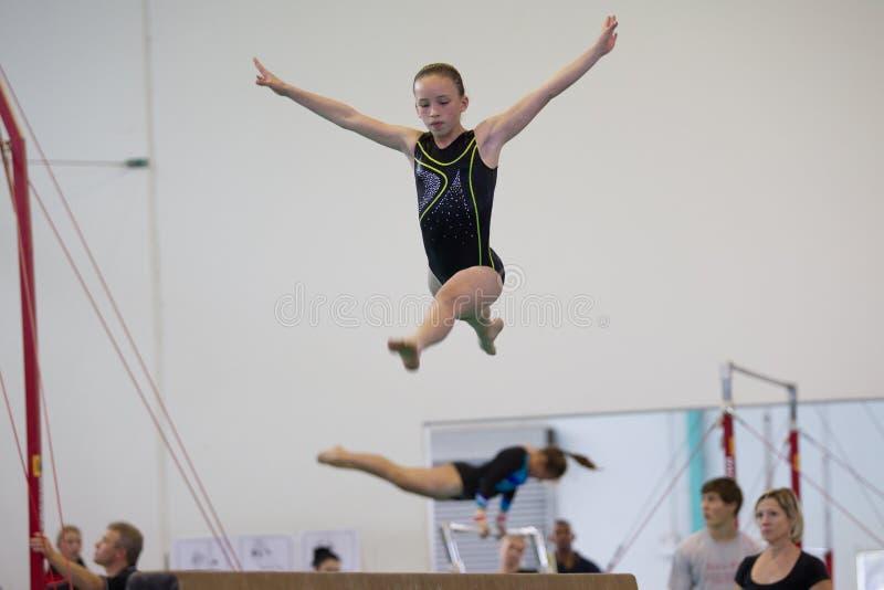Vlucht van de de Straalsprong van het gymnastiek de Jonge Meisje royalty-vrije stock foto's