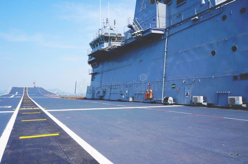 Vluchtdek van een vliegdekschip stock afbeeldingen