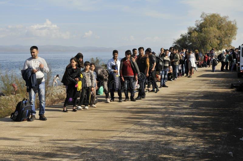 Vluchtelingen die in lijn Lesvos Griekenland wachten royalty-vrije stock fotografie