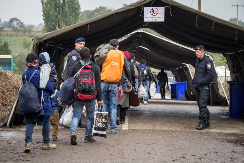 Vluchtelingen die naar de Kroatische grensovergang op de grens van Kroatië Servië, tussen de steden van Bapska en Berkasovo lopen royalty-vrije stock afbeelding